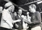 800px-The_Queen_presents_the_1966_World_Cup_to_England_Captain,_Bobby_Moore._(7936243534) (1).jpg